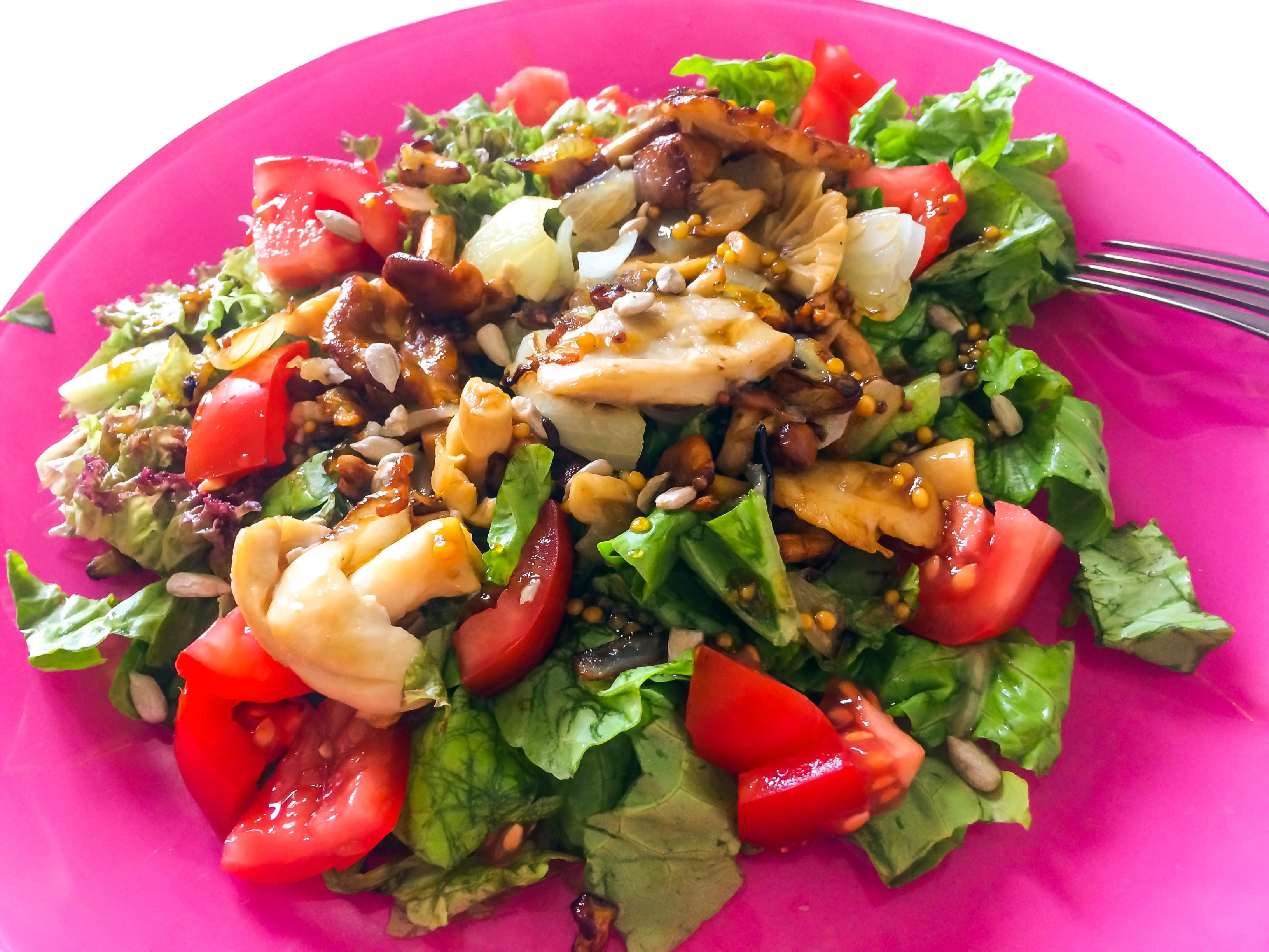 Sałatka z grzybami leśnymi z pomidorami i sałatą