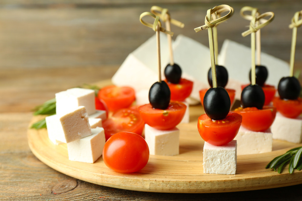 Koreczki z serem feta, pomidorkami i oliwkami
