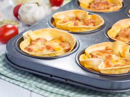 Mini lasagne pieczone w formach do muffinek