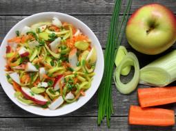 Sałatka z pora, marchewki i jabłka ze szczypiorkiem