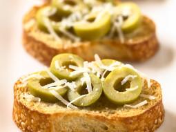 Crostini z oliwkami i parmezanem