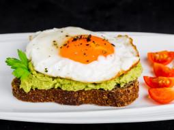 Kanapka z pastą z awokado i sadzonym jajkiem