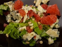 Sałatka z grejpfruta i niebieskiego sera z orzechami cedrowymi