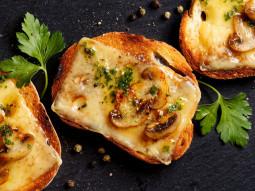 Crostini grillowane z serem i pieczarkami