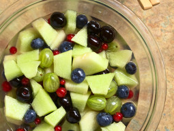 Owocowa sałatka z oliwkami