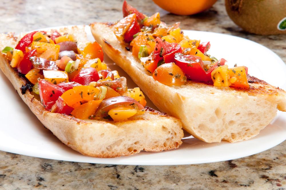 Chrupiąca bagietka z salsą pomidorową i bazylią