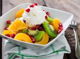Sałatka ze śmietanką i owocami