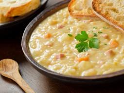 Zupa grochowa ze śliwkami
