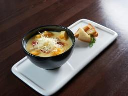 Zupa serowa z salami i grzankami