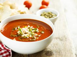 Zupa pomidorowa z mozzarellą i pesto