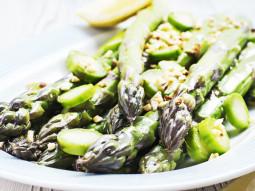 Sałatka ze szparagami, orzechami laskowymi i pestkami słonecznika