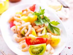 Krewetkowa sałatka z kolorowymi pomidorami i pietruszką