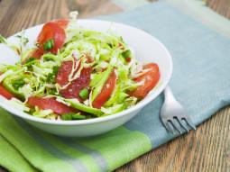 Sałatka z kapustą i pomidorami