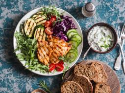Grillowana pierś z kurczaka z warzywami i sosem tzatziki