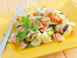 Sałatka z wędzonym łososiem i pietruszką