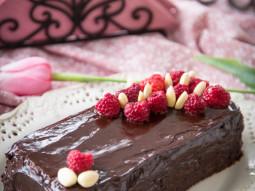 Babka czekoladowa w polewie z owocami