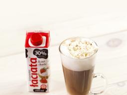 Pierniczkowe latte z bitą śmietanką