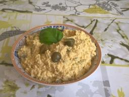 Pasta jajeczna z kaparami i żółtym serem